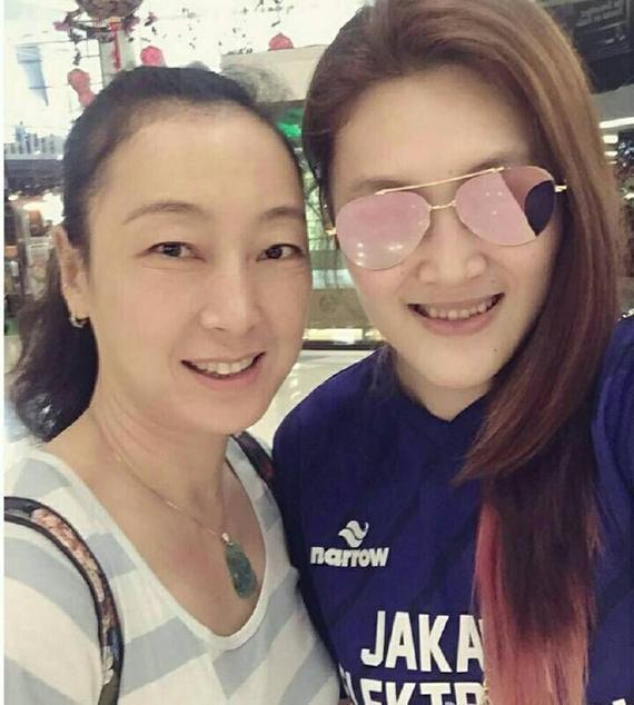 王一梅与冠军队主教练、前云南女排队员田梅合影
