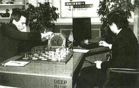 """面对棋王卡斯帕罗夫而坐的是""""深蓝""""研制小组的代表许峰雄"""