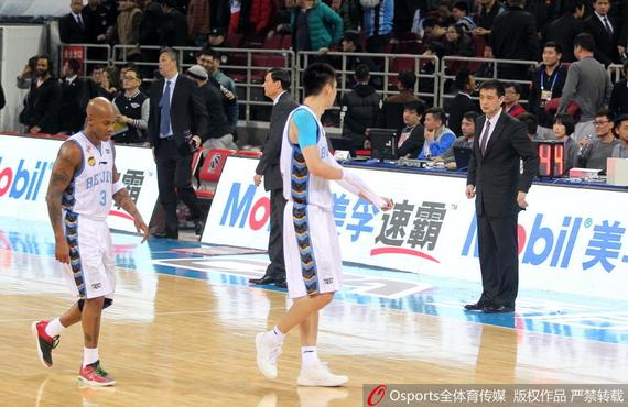 北京主帅闵鹿蕾在输球后一脸落漠