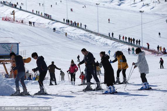 新加坡亚洲新闻频道2月22日文章,原题:随着北京为举办冬奥会做准备,冬季运动在中国越发走红 北京的冬季或许即将结束,但在京城北部的一个滑雪坡道上,7岁的赵启翔(音)仍在刻苦训练,我觉得滑雪运动很有趣,部分原因是冬奥会将举办滑雪赛事。启翔对这项运动表现出兴趣后,父母把他送到滑雪班学习。在北京南山滑雪场,一堂两小时的滑雪课收费约合27美元,不包括会费和滑雪设备租金。我们都不会滑,所以不能在雪道上陪他,启翔妈妈说,通过培训,他会学到正确技能。   行业报告显示,自中国成功申办冬奥会以后,冬季运动在