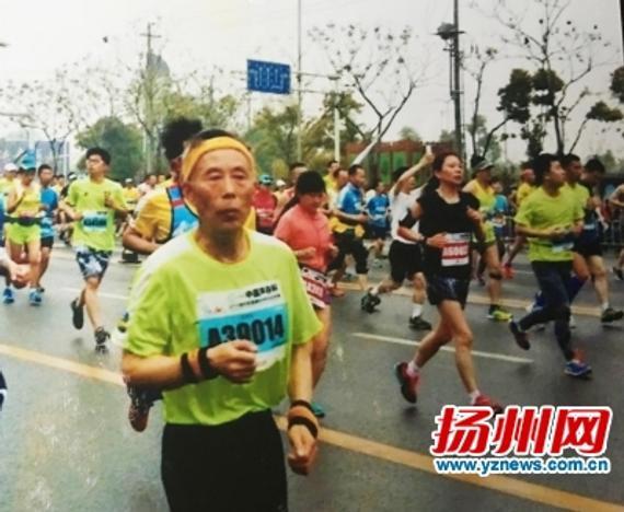 胡国强在马拉松比赛中。