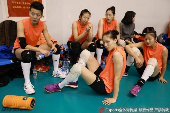 龚翔宇(右一)