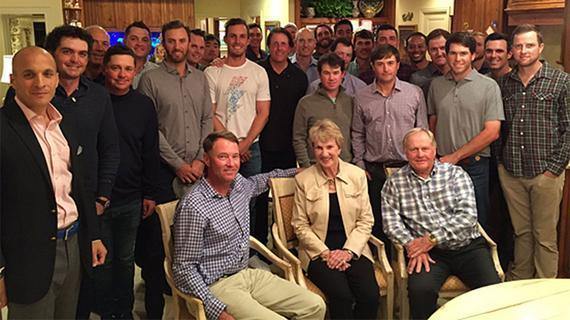 伍兹(后排右六)出席莱德杯美国队聚会