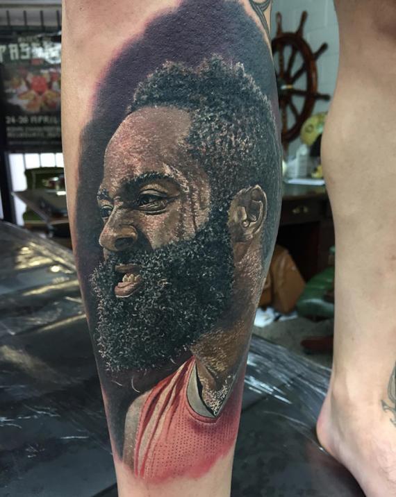 球迷把哈登头像纹在了小腿上