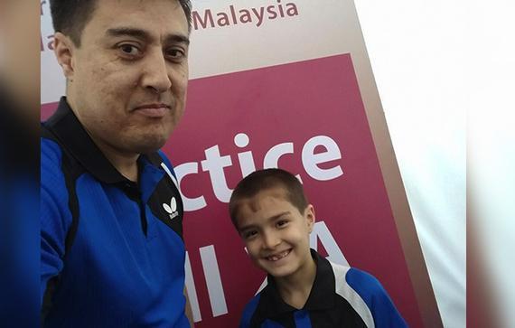 7岁的艾加斯和锻练拉希德-哈曼多夫自拍