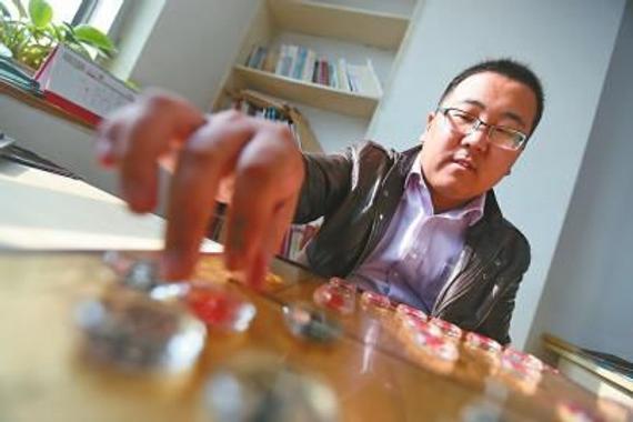 赵勇霖最喜爱用水晶棋子下棋 记者李鹏飞 摄 杨敏