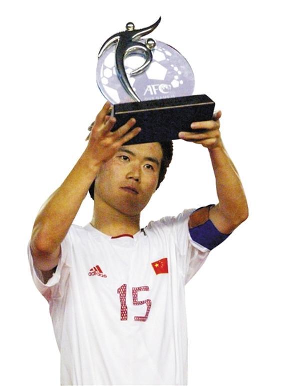 2004年8月7日肇俊哲手捧亚洲杯亚军奖杯