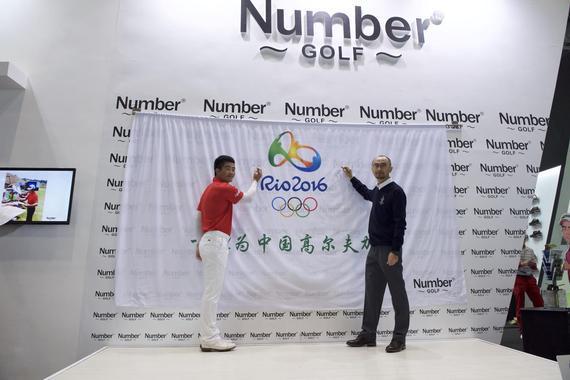梁文冲在奥运会会旗上签上姓名
