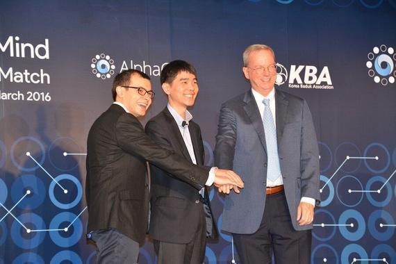 google董事长埃里克(右)与哈萨比斯(左)李世石(中)击掌