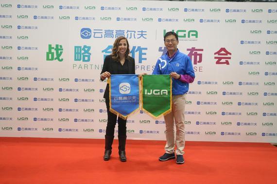 云高高尔夫创始人CEO张曜晖和IJGA国际青少年高尔夫学院CEO Ryley Handry交换锦旗