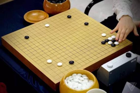 来源微信公众号:机器之心   选自The Verge   作者:Sam Byford   编译:赵赛坡、李亚洲   序言:围棋人机大战已进尾声,这注定是一次要载入史册的比赛,也正如机器之心之前所言:这次比赛没有失败者,而是全人类的胜利。20多年前,IBM也曾因类似的事情备受瞩目。IBM的深蓝计算机击败了国际象棋大师Garry Kasparov。Murray Campbell就是当时深蓝研发组的重要人员之一。如今他是IBM认知计算部门的高管,负责Watson人工智能平台。   The Verge 在比赛