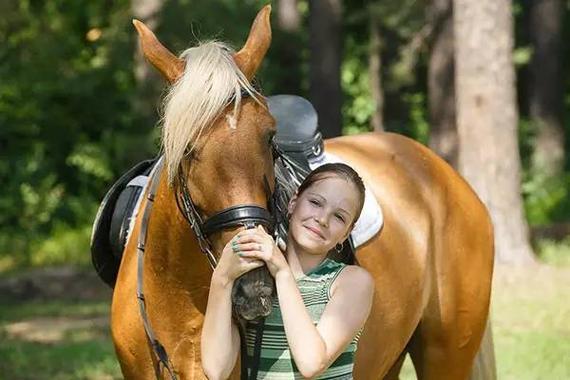 科学研究:骑马可提高滑雪技快送孩子学骑马生活要注意什么图片