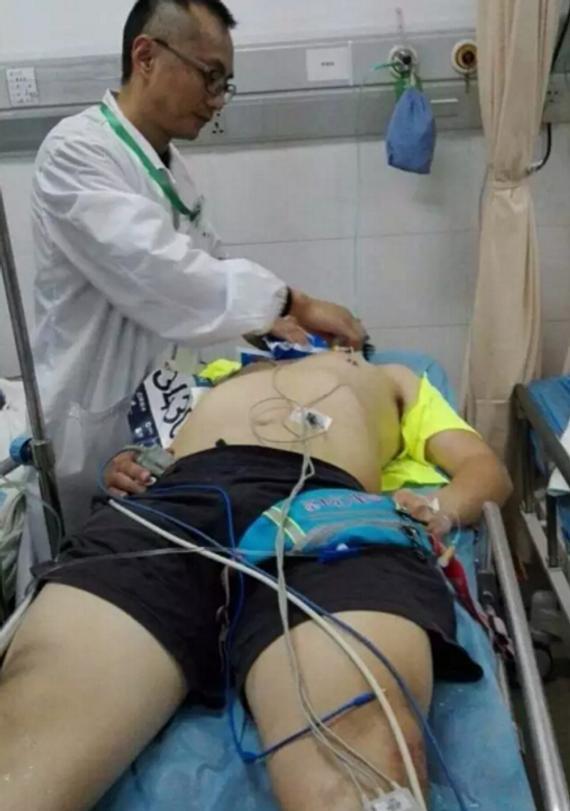 图说:为参赛者供给治疗营救。