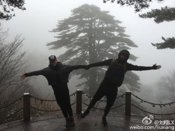 刘翔、吴莎搞怪又不失亲密。图片来源:刘翔微博。