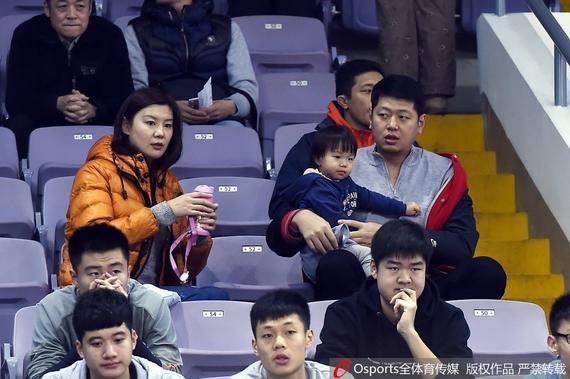 莫科与妻女现场观看八一队比赛