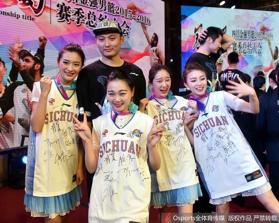 空姐展示四川队签名球衣