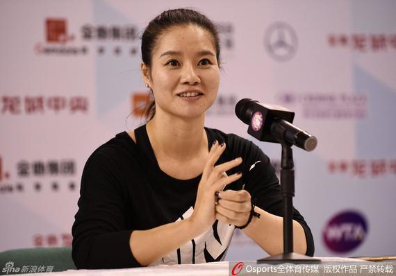 新浪体育讯  北京时间12月22日消息,李娜退役一年后,郑洁逐渐淡出球场,彭帅因伤高挂免战牌,重担突然就压到了郑赛赛等小花的身上。成绩上的急速下滑,也让网球在中国的热度骤减,批评、指责的悲观情绪也蜂拥而至。谈到这些后辈时,李娜也都尽可能避免去评价,在她看来每个运动员都是特别的,成长的路线和成就也是不一样的。   今年的武汉公开赛,中国球员单打均止步首轮。结果在李娜参加的发布会上,媒体就此事称小花们均是一次性上场。对于这样的形容,李娜相当的不满。如果是一次性的话,这个词我觉得最好不要用了,我觉得