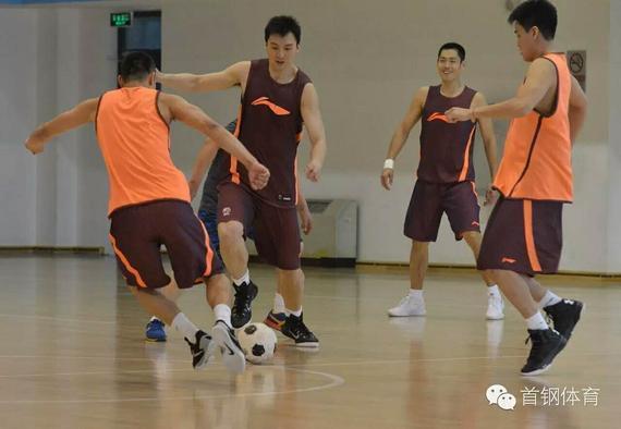 北京男篮球员踢足球