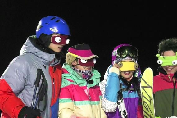 世人蒙眼被带到滑雪山顶