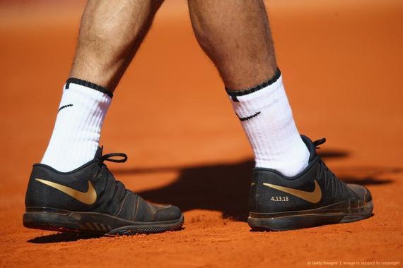 费纳穿科比纪念款球鞋 为黑曼巴退役送祝福(图)