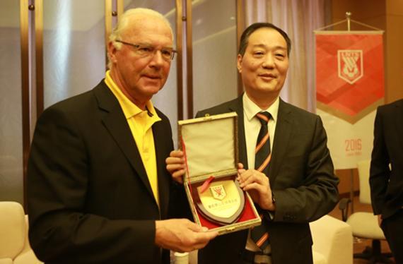 鲁能体育总司理孙华与贝肯鲍尔