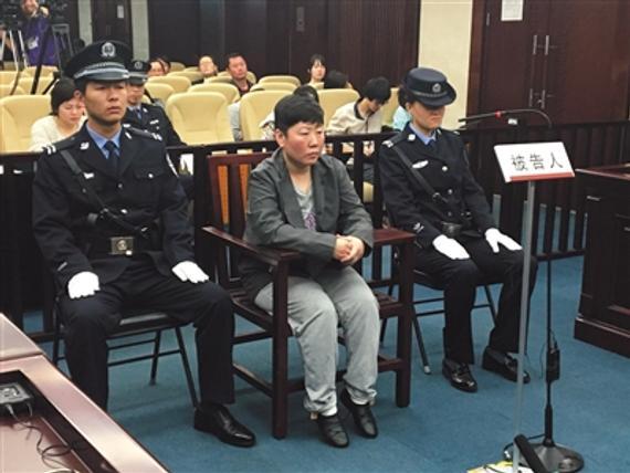 昨天上午,44岁的李芳(化名)被控诈骗在北京市三中院受审。法院供图