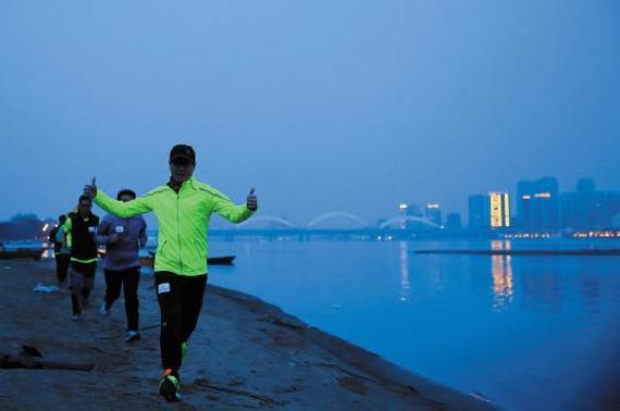 东北网4月25日讯 进入四月,冰城春暖花开,傍晚的松花江边、大学校园内,夜跑的人日渐多了起来。据了解,城市快节奏的生活,让不少上班族苦于白天没有时间锻炼,于是他们选择夜晚出来跑步,夜跑族就应运而生,而且成为冰城一道别样的风景。   3年5人跑团增至1800人   2013年,哈市上班族王智超、杨杰、李岩等人出于对夜跑的热爱,组建了一支名为跑步先锋的跑团,当时只有5人,到2014年,人数达到500人,2015年,人数爆炸式增至1800人。跑团负责人王智超讲,这1800人,以哈尔滨人为主,同时覆盖了