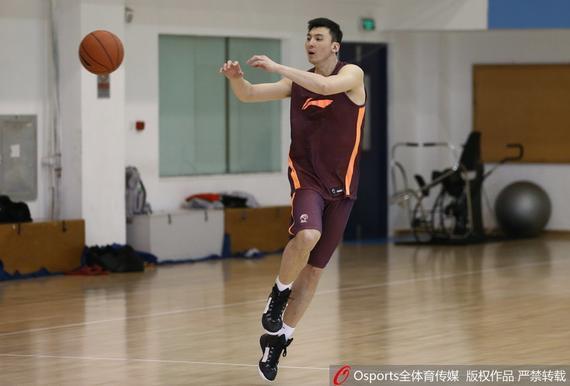北京男篮的吉喆在训练中