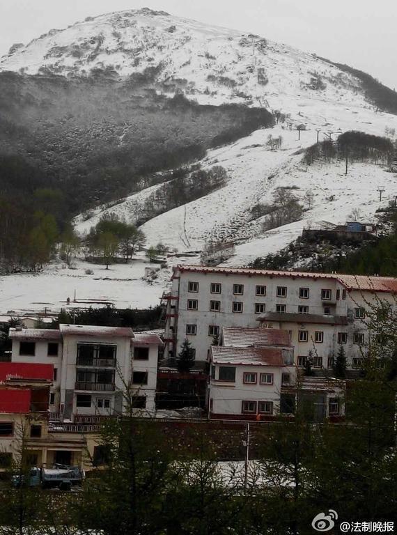 北京门头沟灵山降雪