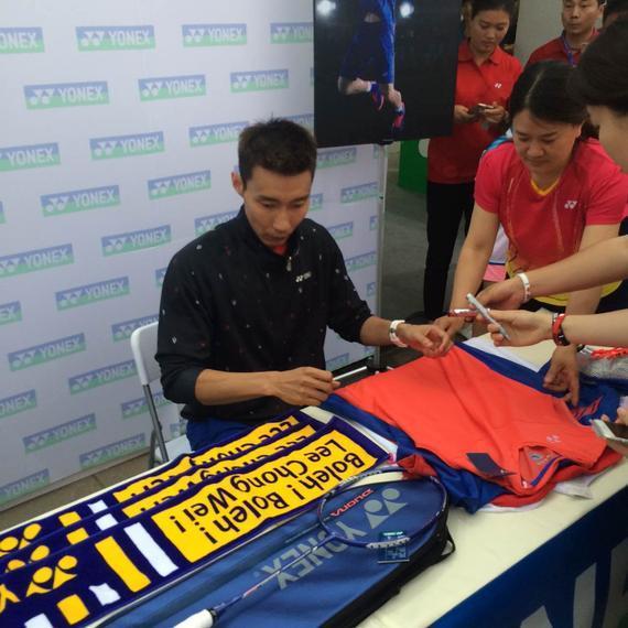 李宗伟在YONEX尤尼克斯展区准备为球迷们签名
