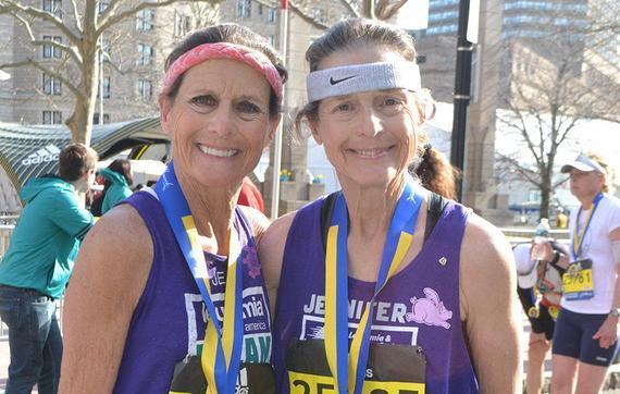 琼・施密特(左)和詹妮弗・布莱克庆贺她们完结2016波马竞赛。这是詹妮弗的第99场马拉松,也是琼的第125场。