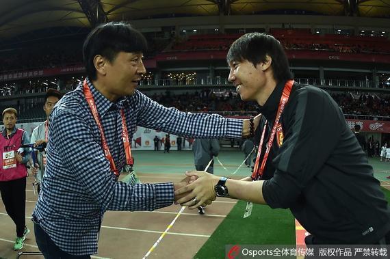 赛前贾秀全和李铁(右)握手致意