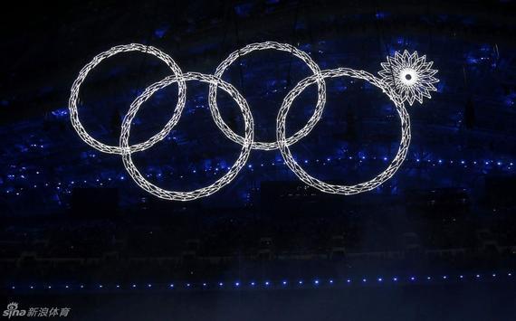 索契冬奥会开幕式上缺了一环的奥运五环