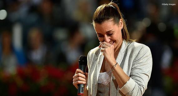佩内塔在退役仪式中落泪