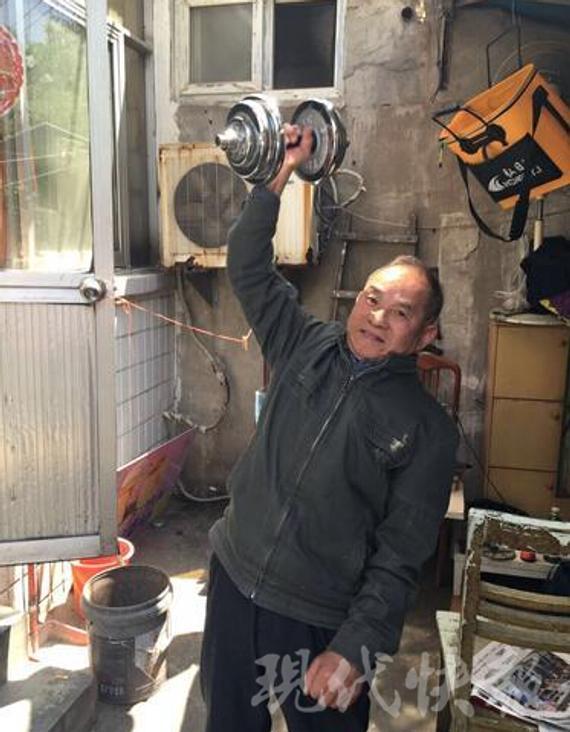 单手举起30公斤的哑铃对徐老来说毫不费力 警方供图