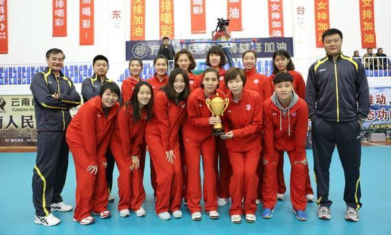 上海女排捧杯 (来历:上海东浩兰生女排俱乐部微博)