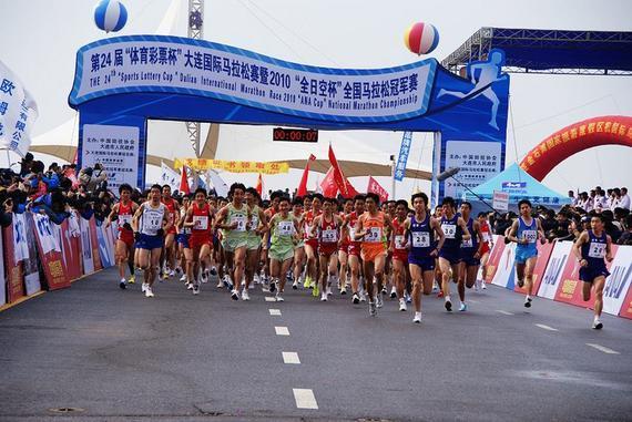 大连马拉松期间采取分段交通管制,2.3万运动员参加。