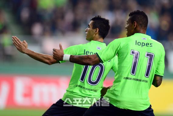 莱昂纳多庆祝进球