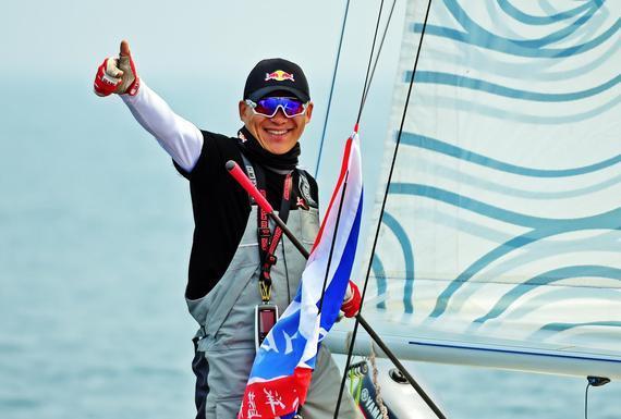 新浪体育讯  5月30日上午,大连港小平岛,中国航海家王家凌驾驶红牛号三体竞技帆船开始了单人、不间断、无补给穿越中国海的极限挑战,这将是一次世界罕见的单人航海征程。   今年38岁的王家凌是大连外国语大学的教师。此次,他驾驶着长度只有6.72米的世界最小竞技三体帆船红牛号进行挑战,全程不在任何陆地、岛屿停靠,不进行任何形式的补给,通过海水淡化进行生活用水供给。   三体船舱非常小,内部长不足1.