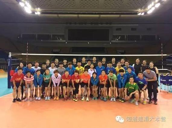 中国女排与短道速滑队合影