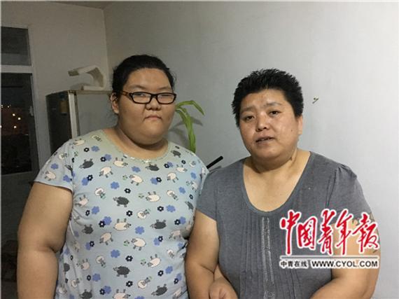 刘成菊(右)和女儿合影。杨海/摄