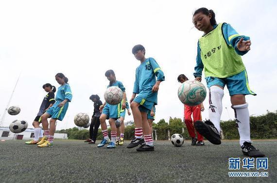 新华社记者黎华玲,张琴,刘恩黎   在我国大多数农村地区,足球运动并