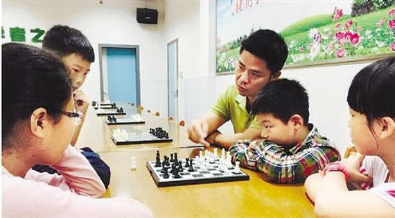 皇冠体育杭州学校开设家长国象训练班 爸妈和孩子一起下棋