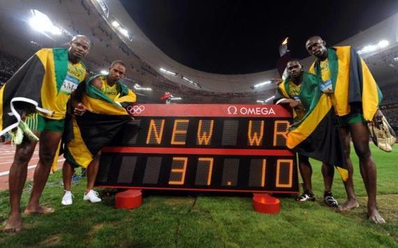 卡特(博尔特身旁)助牙买加接力夺冠