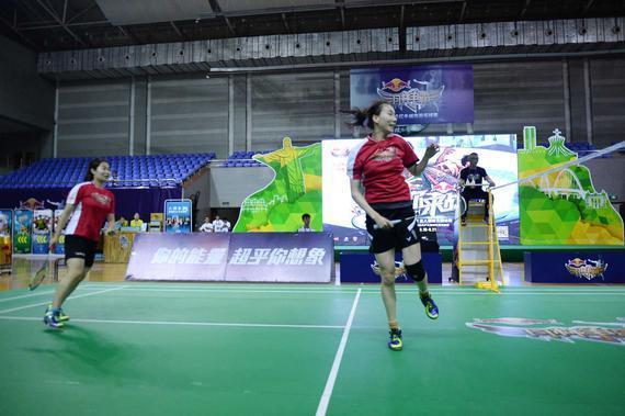尤伯杯冠军成员成淑携队友董又榕与冠军队伍进行表演赛