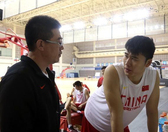 柴文胜和男篮队员交流