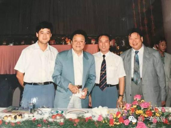 时任广州赛马娱乐总公司总经理、广州市政府副秘书长、广州赛马会常务副主席兼秘书长黄启桓(右一)、香港著名马评人董骠(左二)、中国内地著名马评人陈彼德(左一)
