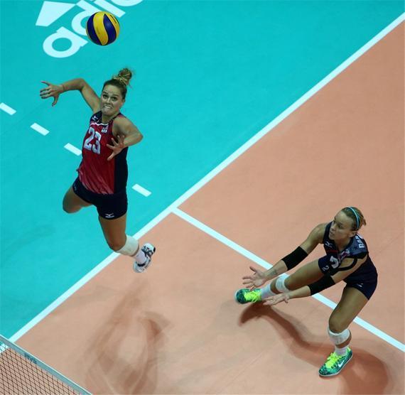 美国女排主攻罗宾逊扣球