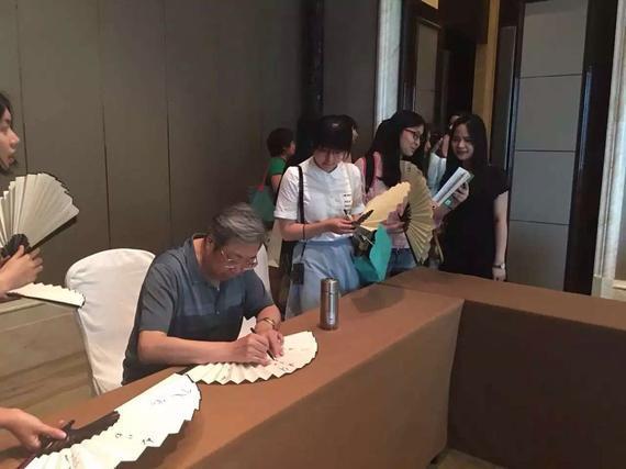 """林将军为""""迷妹""""们签名"""