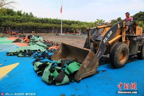 成都一所黉舍撤除代价50万塑胶跑道,康复水泥操场。(东方ic)